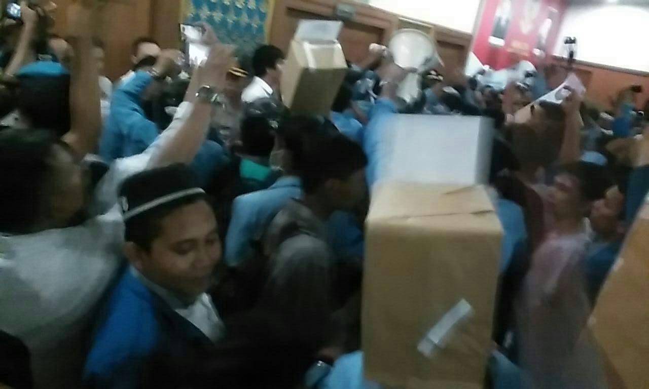 Mahasiswa Paksa Masuk Kantor DPRD Riau, Satu Diamankan Polisi