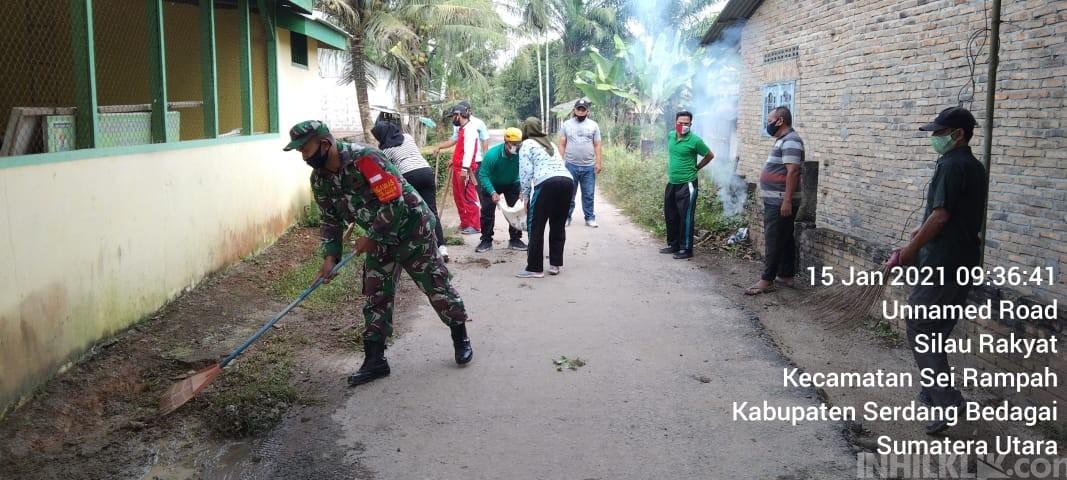 Babinsa Koramil 10/SR Serda Samidi Gotong Royong Bersama Warga Binaannya