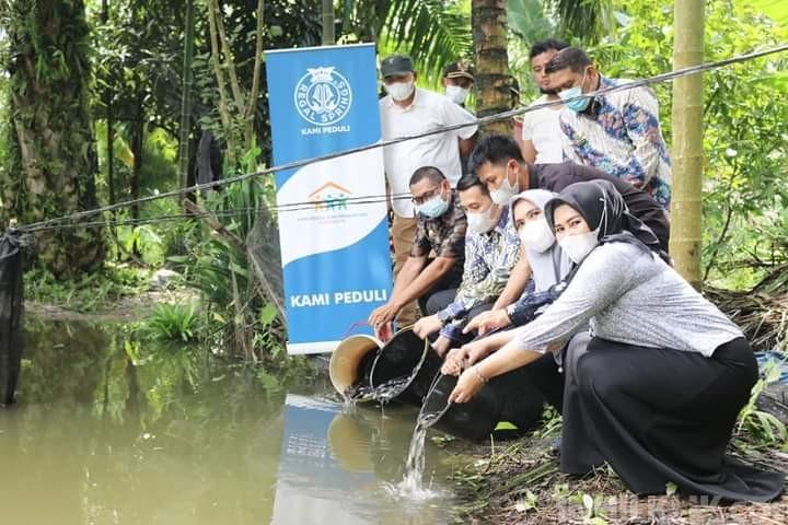 Dampingi PT. Aquafarm Nusantara, Ketua DPRD Sergai Berikan Bantuan Bibit Ikan Nila di 2 Kecamatan