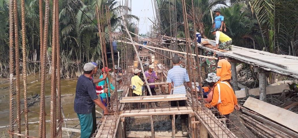 Semangat dan Kekampakan warga serta satgas TMMD ke 106 Pasang Mal Tiang dan Lantei Balok Air