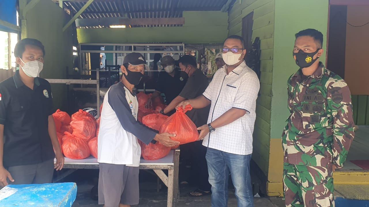Ketua Fraksi PKB Inhil Bagikan Sembako untuk Warga yang Menjalani Isoman
