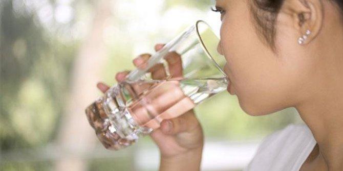 11 Manfaat Kesehatan yang Bisa Diperoleh dari Minum Air Putih saat Perut Kosong