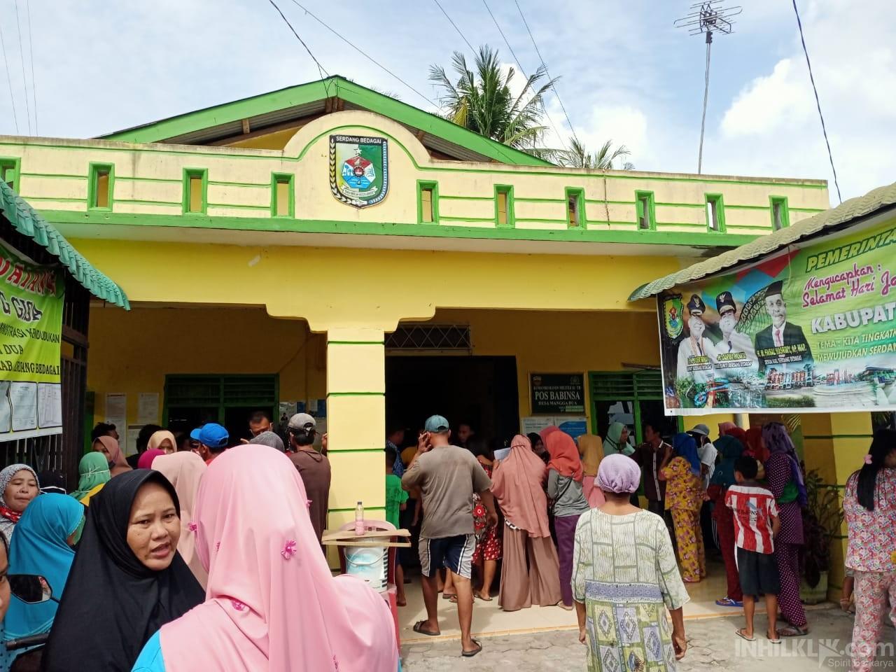 Puluhan Emak-emak Desa Manggadua Pertanyakan Penyaluran Bantuan