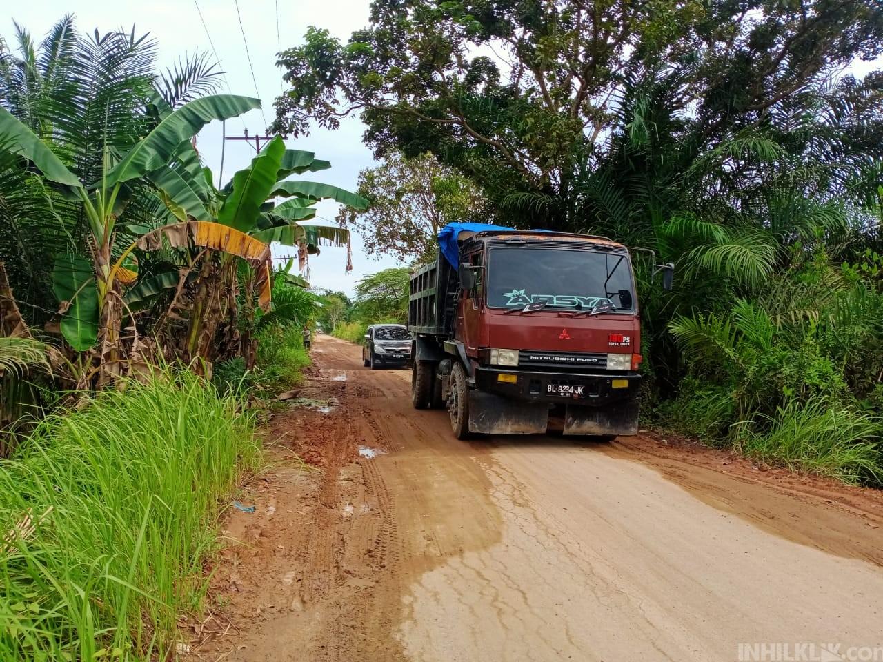 Warga Keluhkan Jalan Rusak Parah Diduga Akibat Dilintasi Truk Perusahaan dan Proyek Galian C
