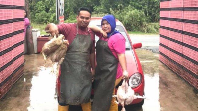 VIRAL! Istri Tukang Ayam Belikan Mobil Mewah Rp 800 Juta untuk Suami