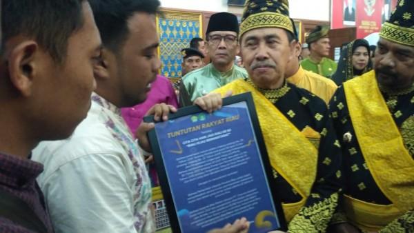 HUT Riau ke 62 Tahun, Mahasiswa Beri 'Kado' ke Gubernur Syamsuar