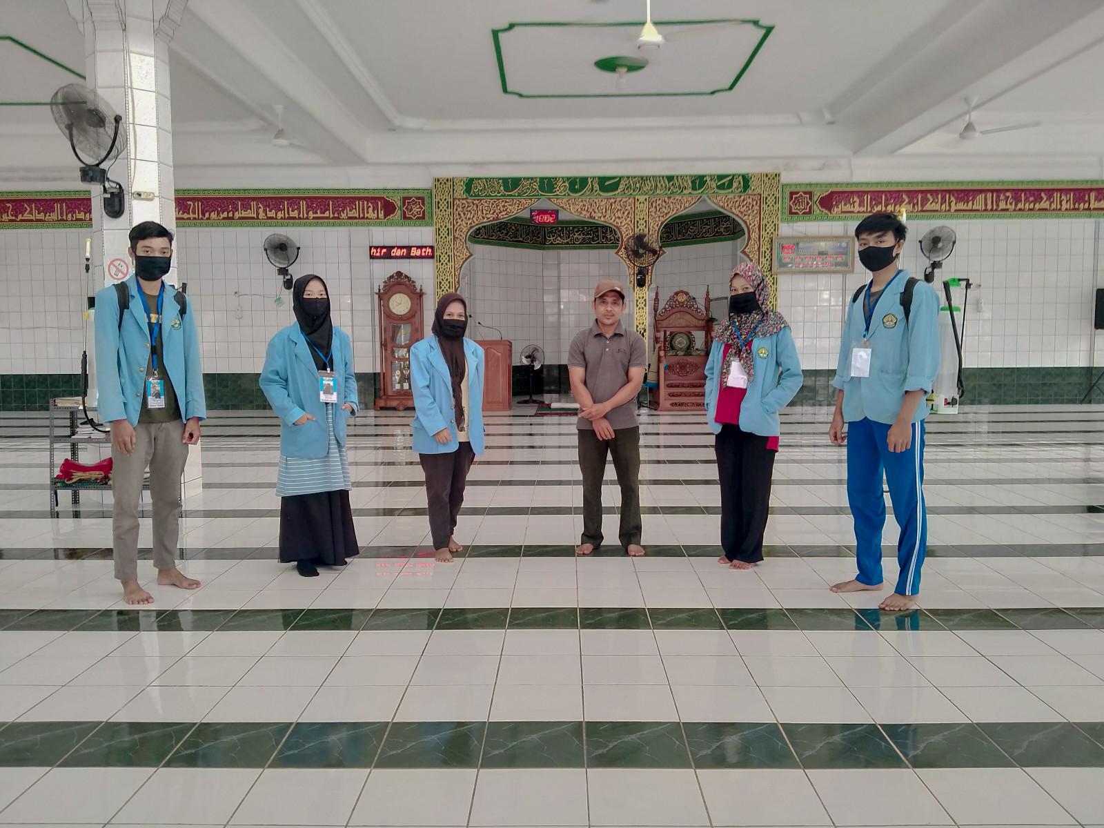 Mahasiswa Relawan Covid-19 Sterilisasi Masjid dan Mushalla dengan Disinfektan