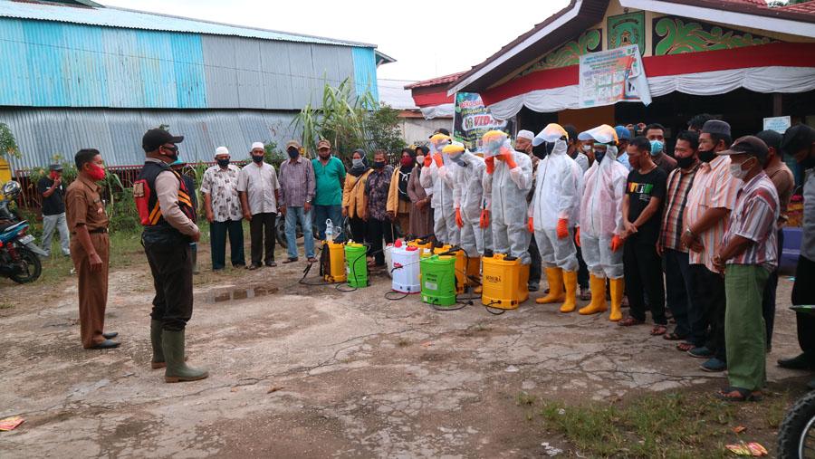 Dipimpin Lurah & Bhabinkamtibmas, Masyarakat Sei.Salak Bergotong Royong Menyemprotkan Desinfektan