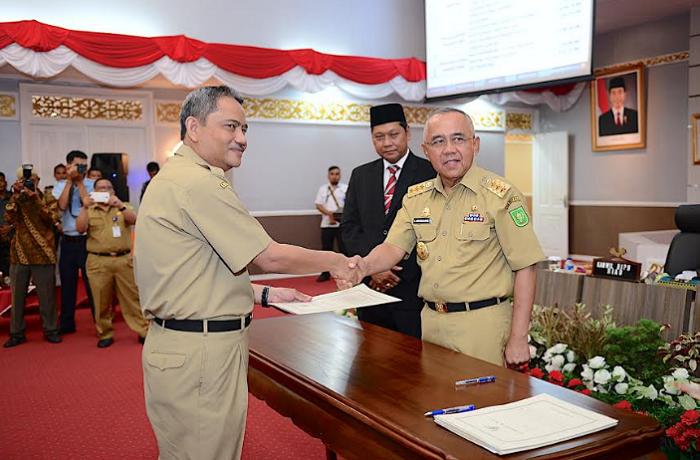 Gubri Serahkan DIPA 2018 ke OPD Instansi Vertikal dan Dana Desa ke Daerah