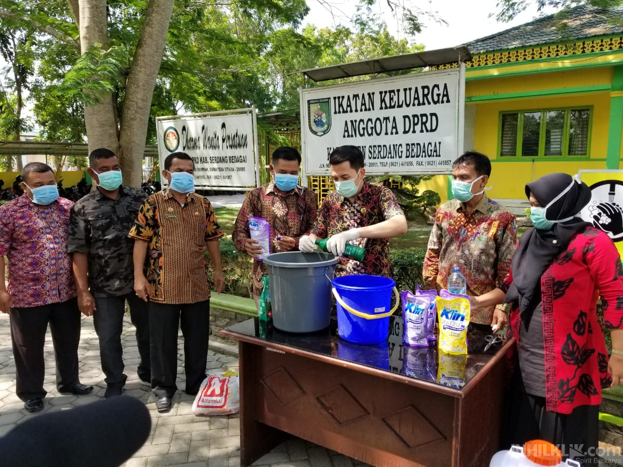 Ketua DPRD Sergai Racik Cairan Disinfektan dan Siapkan Wastafel Portable