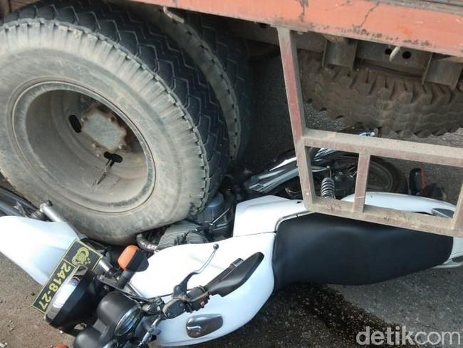 Aksi Heroik Polisi Ini, Ganjal Truk Rem Blong dengan Motor Dinas Cegah Kecelakaan