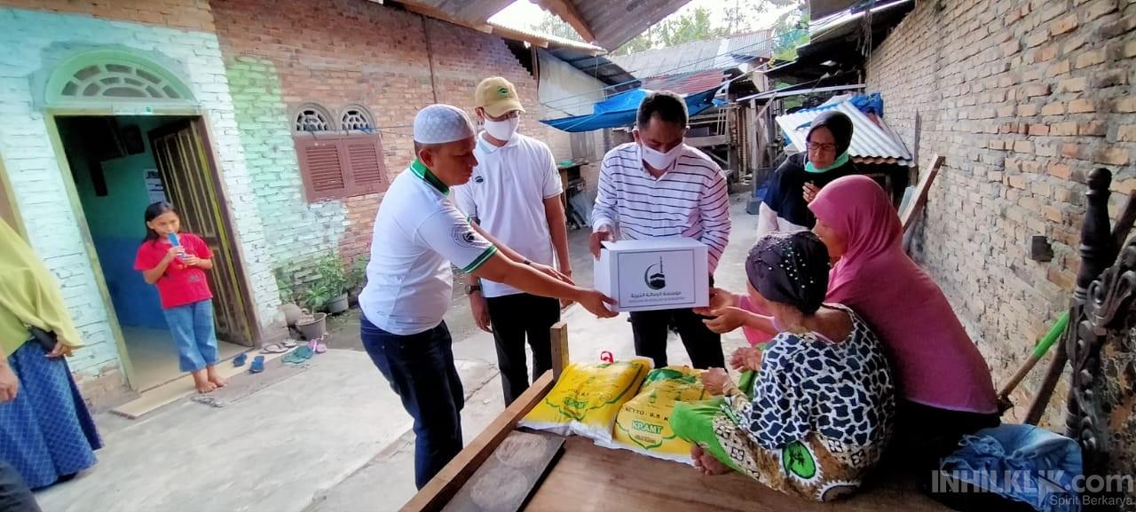 Nek Sukimah Terharu Dikunjungi Darma Wijaya dan Ketua Yayasan AR-Risalah Al-Khairiyah