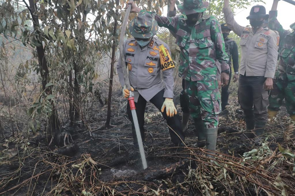 Kapolda Riau Gencarkan Padamkan Api Karhutla di Pulau Merbau dan Bengkalis