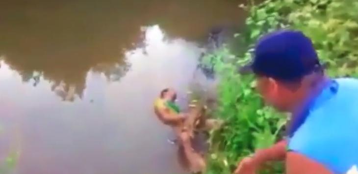 SERAM!!! Detik-Detik Buaya Muara Menerkam Manusia, Tubuhnya Diseret ke dalam Air