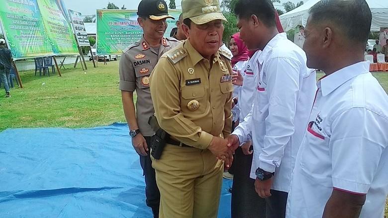 Foto Bupati Rohul Riau Bawa Pistol di Pinggang Saat Upacara Heboh
