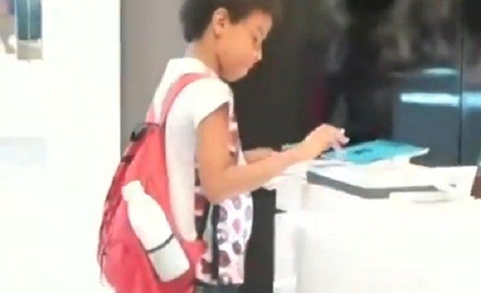 Netizen Terharu, Lihat Bocah Laki-Laki ini Kerjakan PR di Toko Gadget