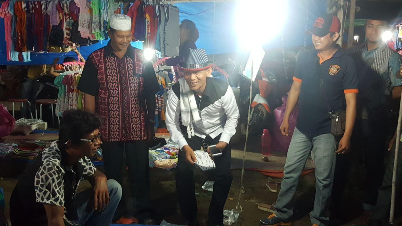 Belusukan ke Pasar Kaget Desa Teluk Jira, Cawabup Inhil Ustad Ajai Beli Topi Koboi