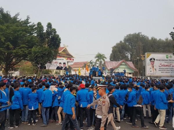 Ribuan Mahasiswa UIR Turun, Kantor DPRD Riau Terkepung