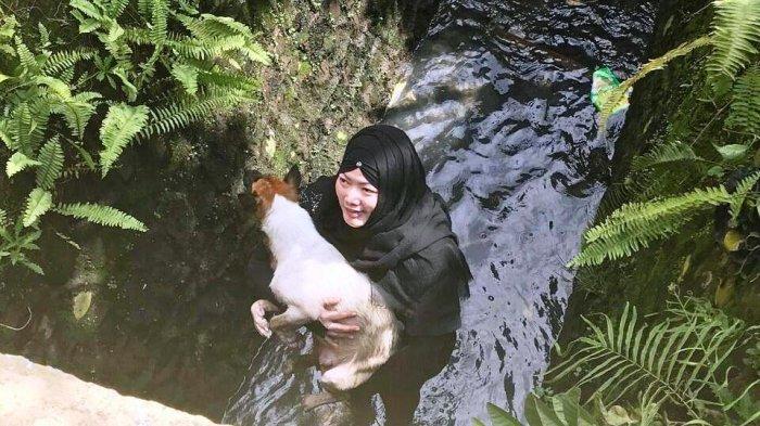 VIRAL! Perempuan Berhijab Selamatkan Anjing yang Hampir Mati Tenggelam