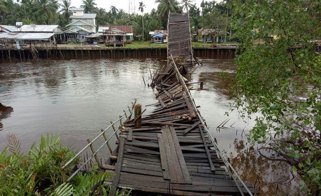 Jembatan Desa Bente Ambruk, Warga Terpaksa Menyeberang Gunakan Sampan