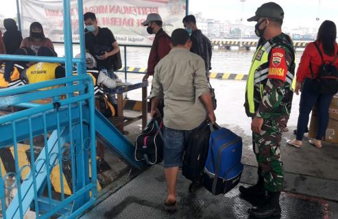 Personil TNI Lakukan Gaklin Prokes Covid-19 di Pelabuhan Syahbandar Sungai Guntung