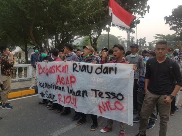 Kabut Asap, Mahasiswa Geruduk Kantor DPRD Riau