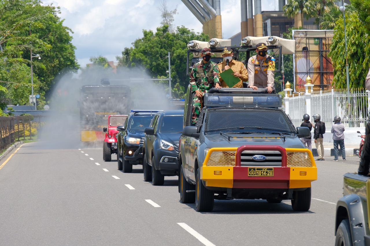 Cegah Penyebaran Covid, Polda Riau Bersama Forkopimda Lakukan Disinfektan Skala Besar Di Jalan