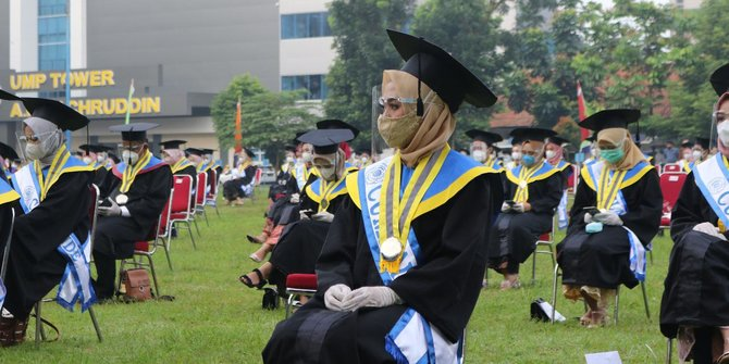 Sekeluarga Wisuda Bareng, Ayah dan Ibu Bergelar Magister, Anak Sulung Sarjana Farmasi