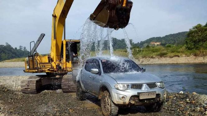 Tengok, Mobil Ini Dicuci dengan Cara Tak Lazim