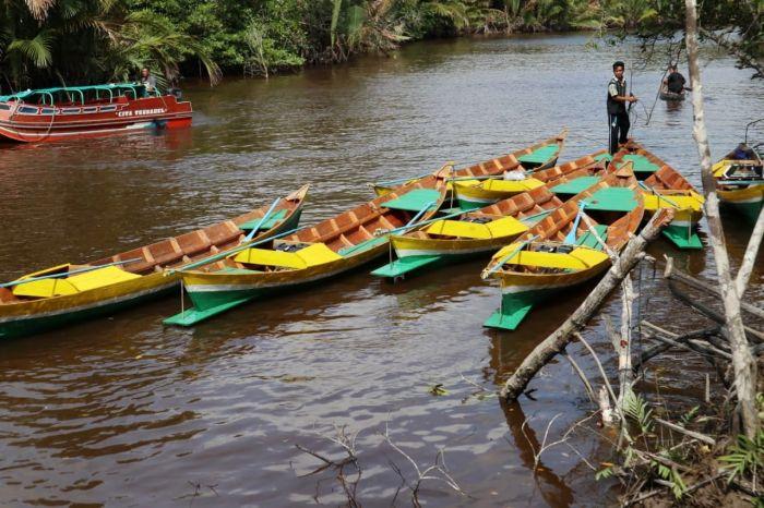 Pemkab dan Baznas Inhil Bagikan 30 unit Perahu di Desa Binaan