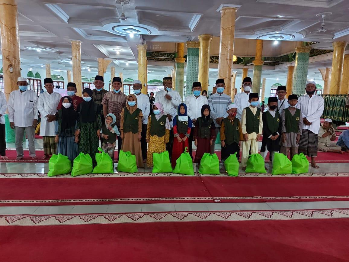 Berbagi Kepada Sesama, Ketua DPRD Inhil Berikan Santunan untuk Anak Yatim di Keritang