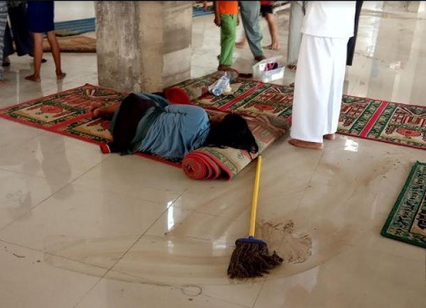Bau Busuk di Masjid, Ada Perempuan Tergolek Lemah, Diduga Baru Saja Gugurkan Kandungan
