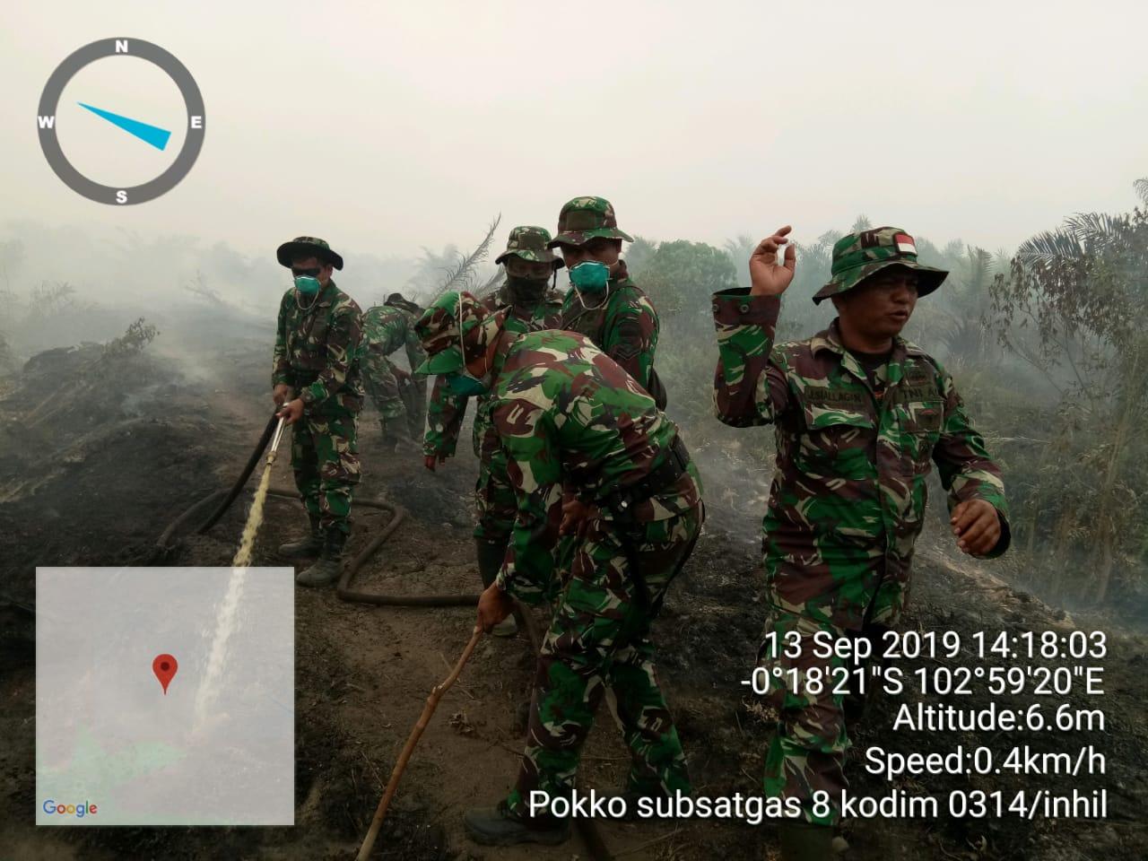 Padamkan Api, Koramil 12/Batang Tuaka Dapat Bantuan dari Makodim 0314/Inhil