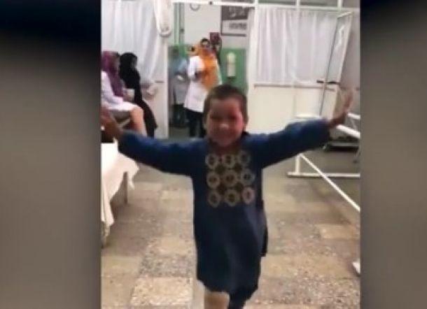 Bocah Afghanistan Menari di Rumah Sakit Setelah Diberi Kaki Palsu