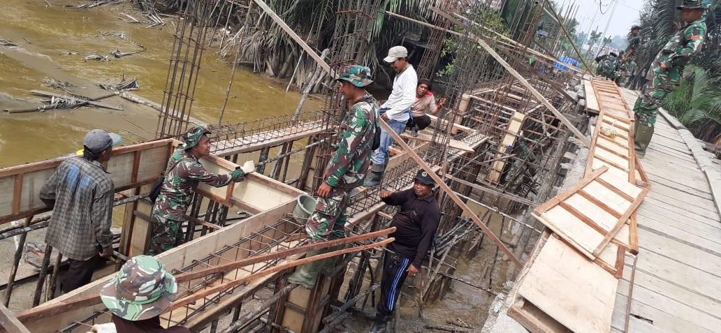Pasang Surutnya Air Sungai Batang Gangsal Bukan Jadi Halangan Bagi Satgas TMMD ke-106 Kodim 0314/Inhil