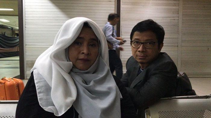 Sampai Larut Malam Neno Warisman Tertahan di Bandara Pekanbaru