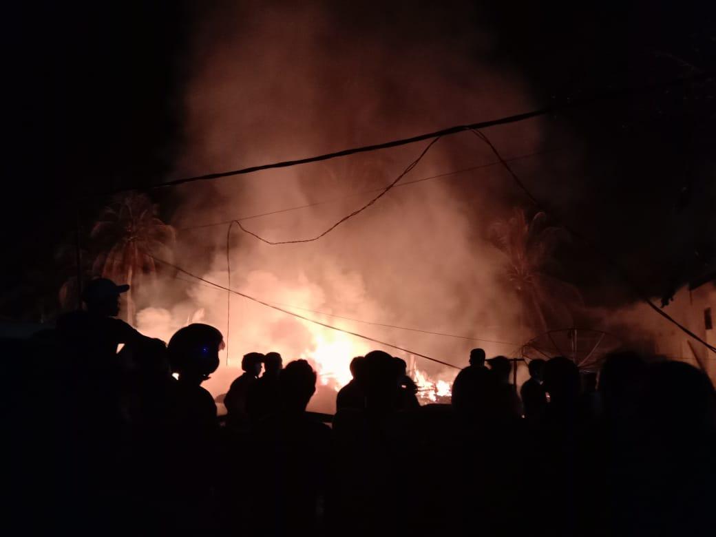 BREAKING NEWS: Tiga Rumah Dinas di Tembilahan Terbakar