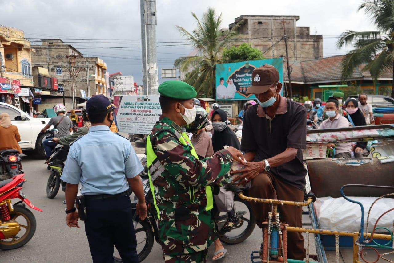 Kodim 0314/Inhil Bersama YVB Bagi-bagi Masker dan 25 Paket Ramadhan