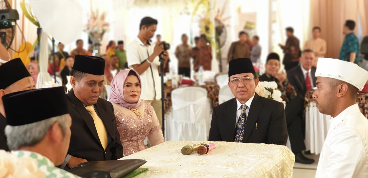 Bupati Inhil Hadir Sebagai Saksi Dalam Resepsi Pernikahan Anak Kajari Tembilahan