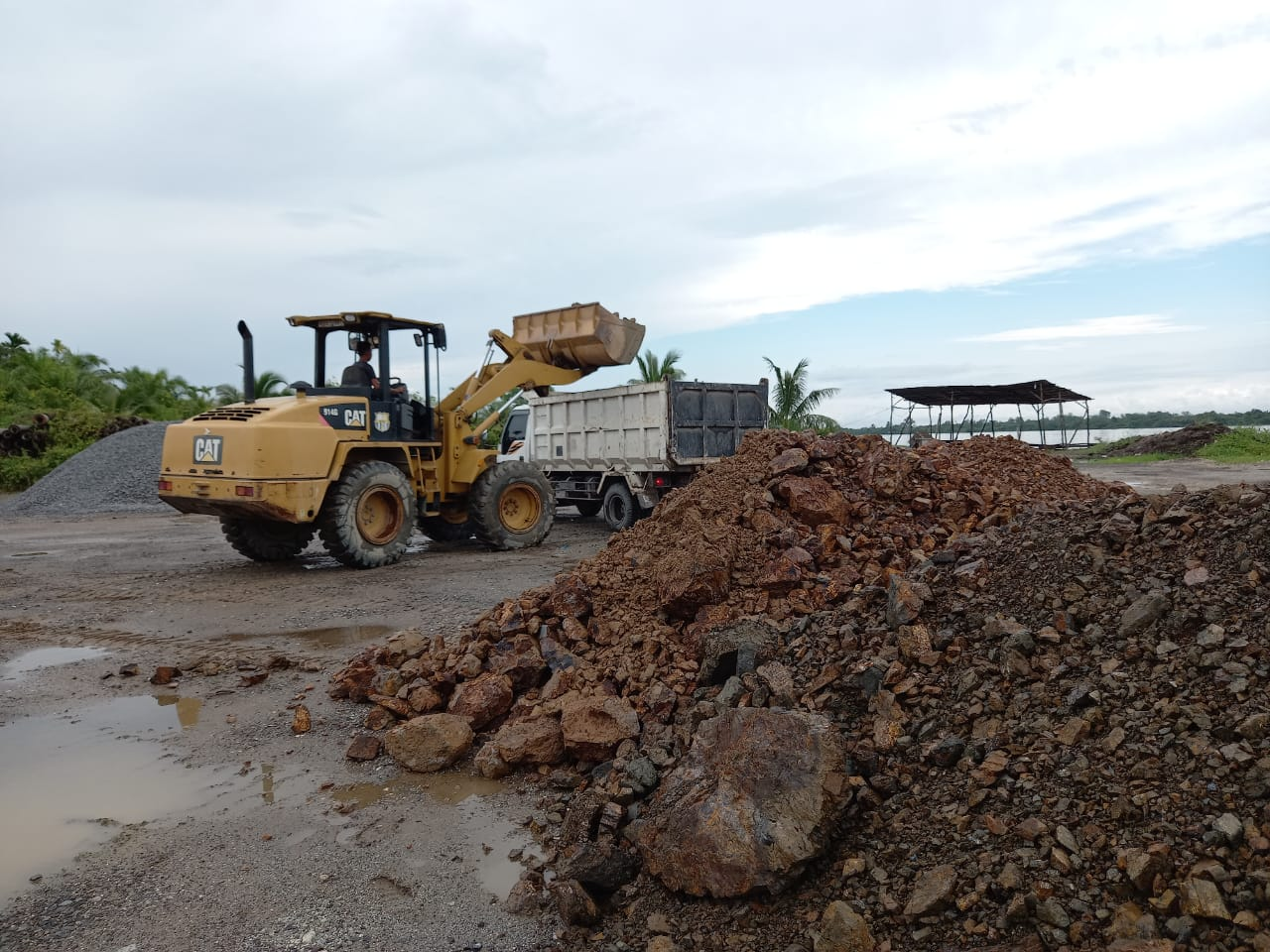 Gesa Perbaikan Jalan Sungai Beringin, Pemda Inhil Bantu Kerahkan Peralatan