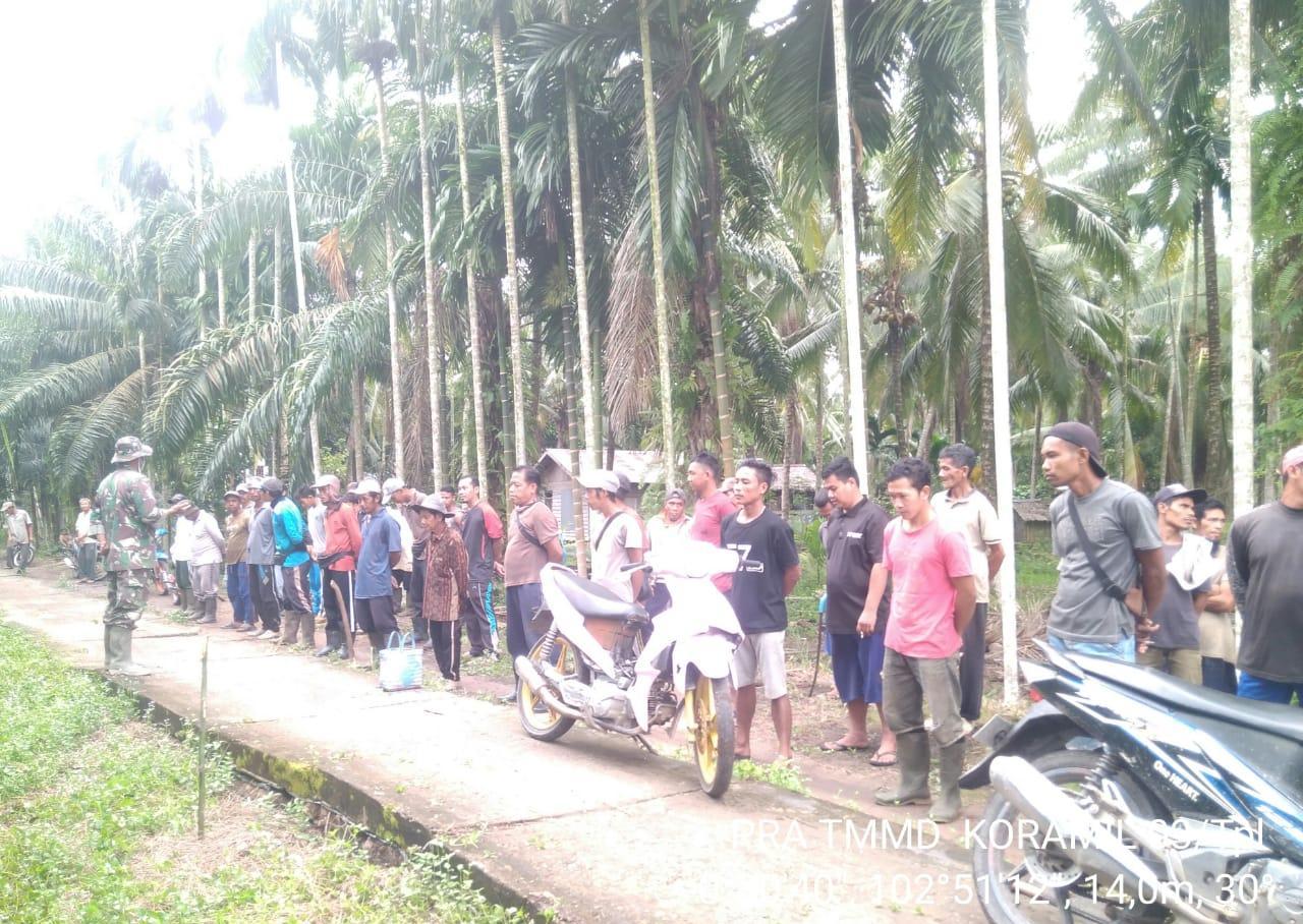 Masyarakat Teluk Kiambang Antusias Gotong Royong Bersama TNI