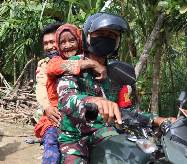 Nenek Kartasiah, Warga Sialang Panjang Dievakuasi ke Rumah Jompo