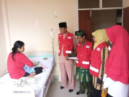 PMI Inhil Salurkan Bantuan Kepada Bayi Penderita Infeksi Paru - Paru