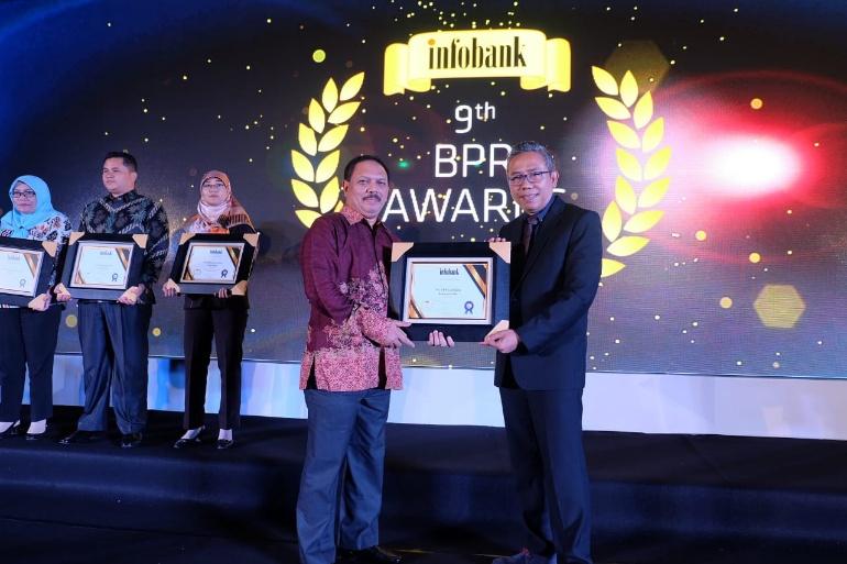 Pemkab Inhil Terima Penghargaan Atas Kinerja Keuangan PD BPR Gemilang