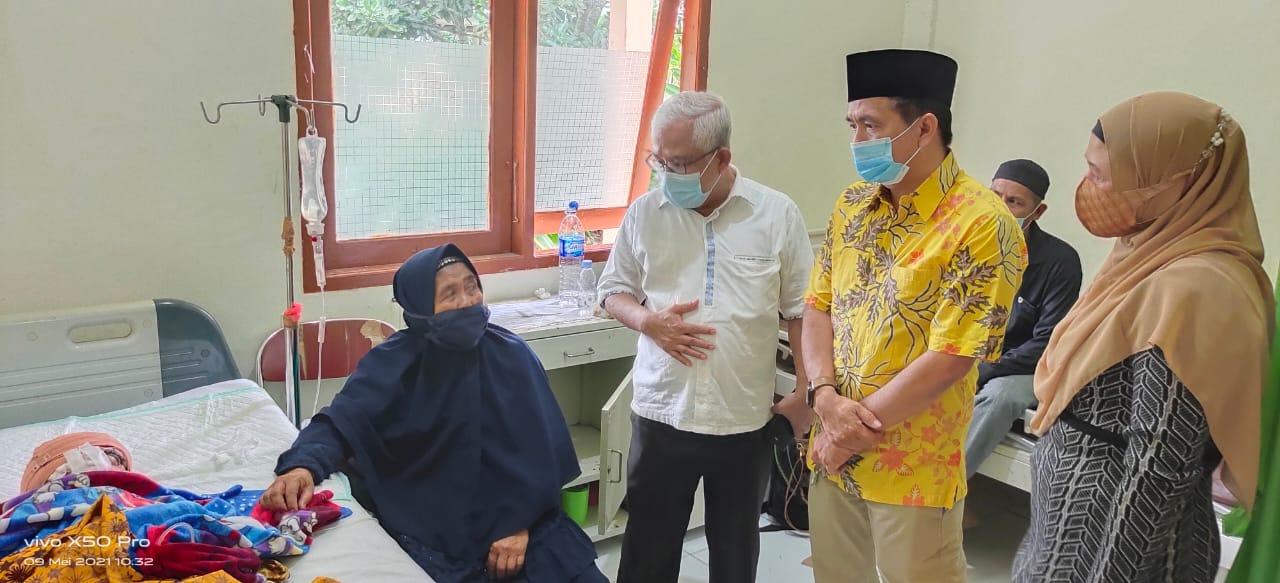Didampingi Istri, H. Ferryandi Jenguk dan Berikan Bantuan untuk Gadis Belia yang Rambutnya Terlilit As Pompong