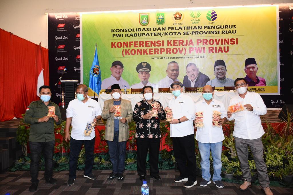 Ardiansyah Julor Promosikan Amplang Khas Inhil di Acara Konkerprov PWI Riau