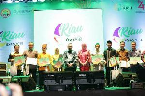 Bupati HM Wardan Terima Penghargaan Inhil Juara 1 Stand Terbaik Riau Expo 2019>