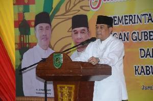 Pemkab Inhil Serahkan 2000 Paket Ramadhan dan 30 Perahu Bermotor